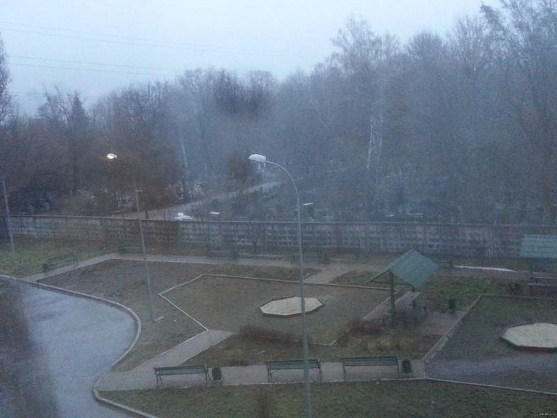 А это вид из окна областной больницы. Очень мотивирует кладбище, прикол, черный юмор, юмор