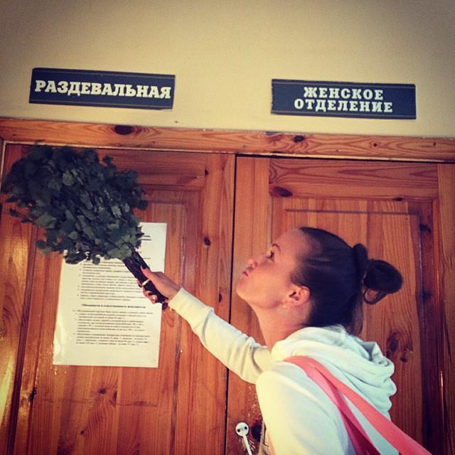 patsani-zashli-v-banyu-kogda-devushki-milis