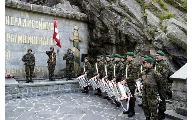 Почетный караул у памятника Суворову в Швейцарии Швейцарская Армия, суворов, швейцария