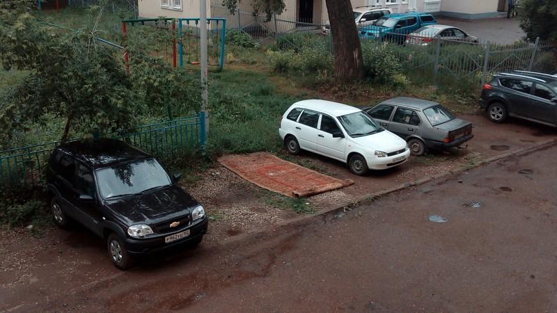 Уже несколько дней во дворе этого дома паркуется Аладдин. Гений парковки, парковка, прикол, юмор