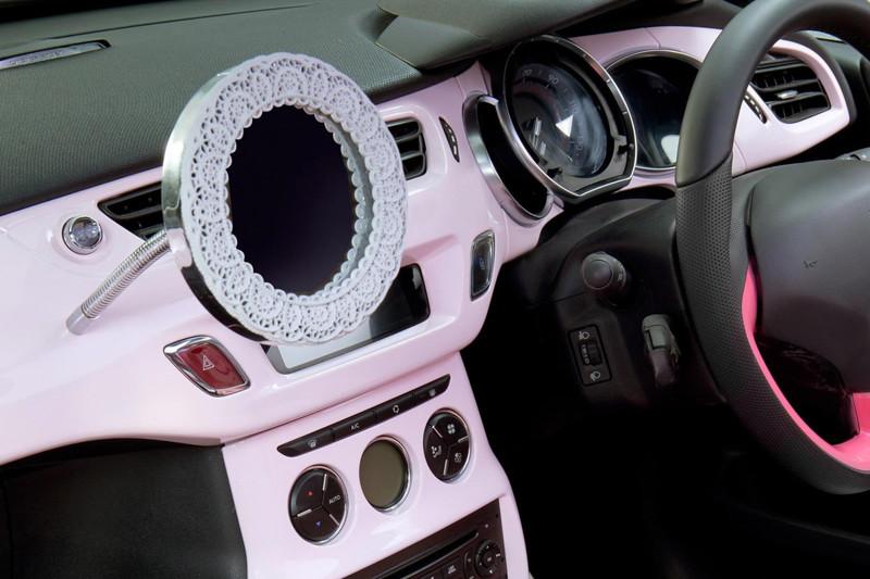 Если в автомобиле нет красивенького зеркала с рюшечками, такое авто не может считаться женским. девушки, женские авто, прикол, юмор