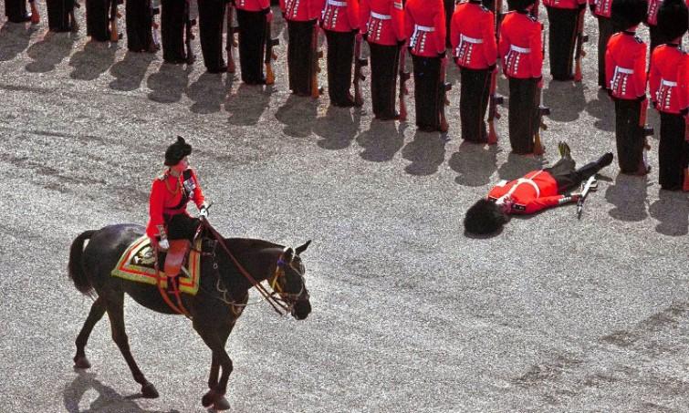 Гвардеец упал в обморок как раз в момент, когда королева Елизавета II проезжала на лошади во время парада в Лондоне история, люди, редкие, фото
