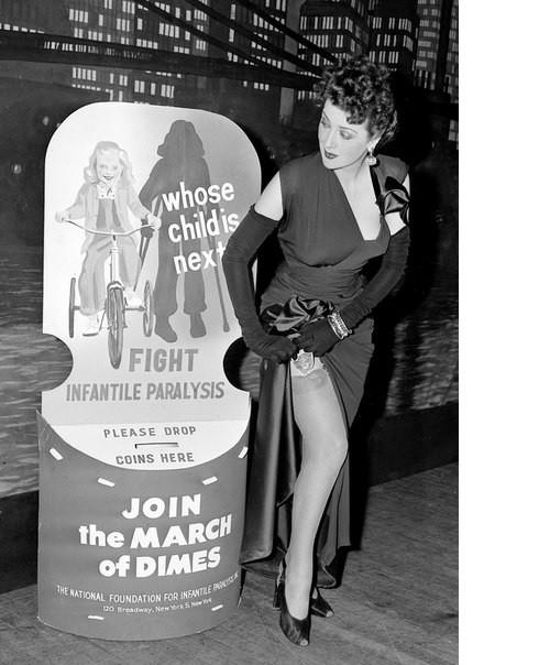 Gypsy Rose Lee вытаскивает наличные деньги, чтобы внести свой вклад в борьбу с ДЦП во время дефиле в Нью-Йорке история, люди, редкие, фото