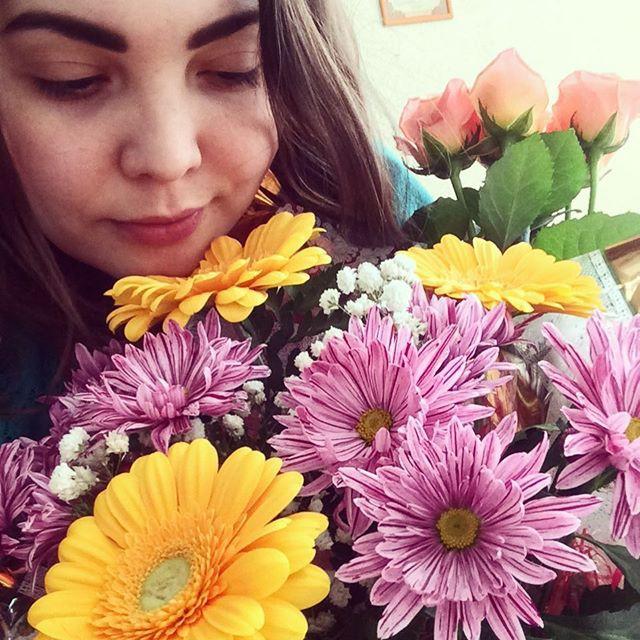 Конечно, самым популярным подарком, как и всегда в этот день, были цветы. 8 марта, девушки, праздник, юмор