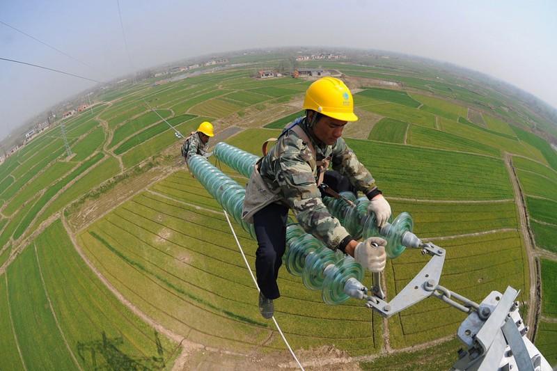 Ремонт высоковольтных линий в Китае. офис, профессии, работа, юмор