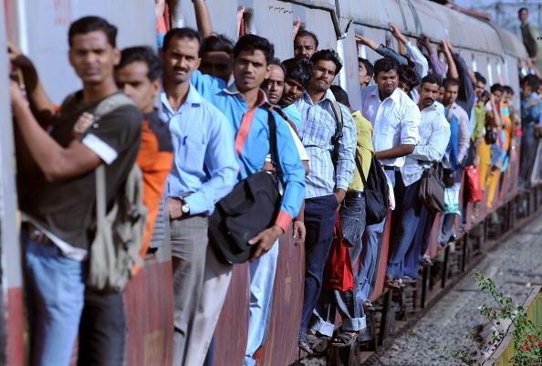 3. Пригородные поезда Мумбаи в день перевозят в среднем 7,58 миллиона пассажиров. Это больше, чем население многих стран, включая Новую Зеландию и Болгарию. индия, интересное, население, факты