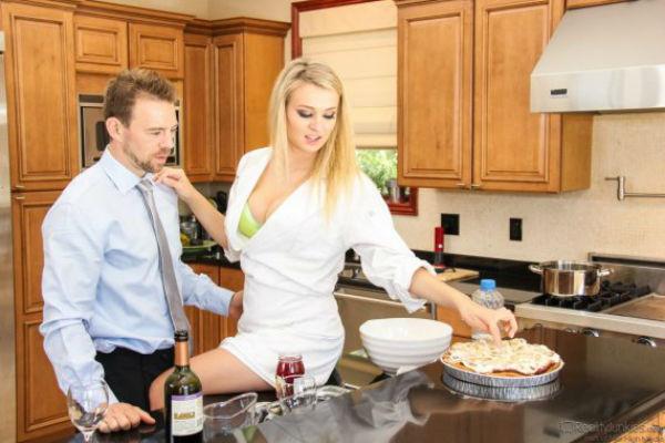 Взрослая с молодым на кухне — 15