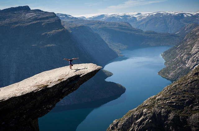 Немного йоги над норвежским ущельем спорт, ужас, экстрим