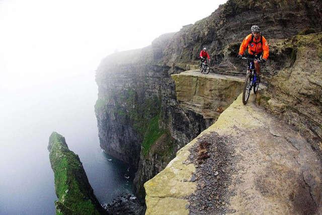 Горный велосипед на краю пропасти спорт, ужас, экстрим