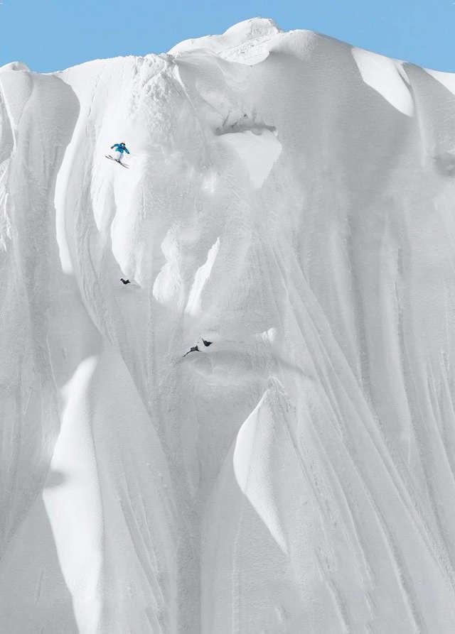 Смелый пример экстремального катания на лыжах спорт, ужас, экстрим