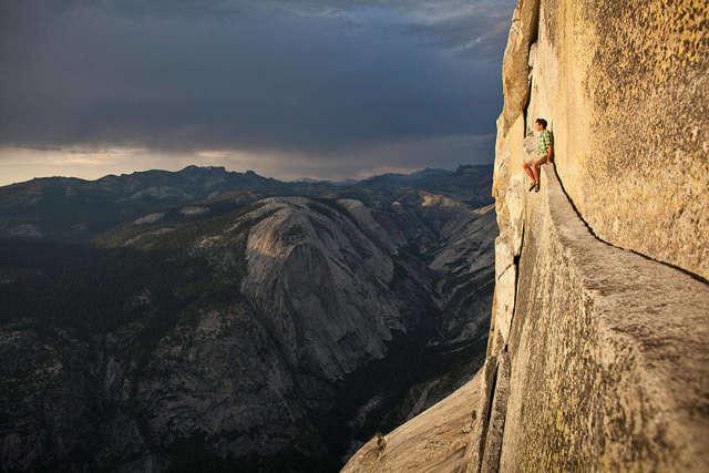 Скалолаз Алекс Хоннольд без страховки отдыхает прямо на скале спорт, ужас, экстрим