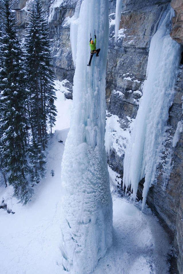 Скалолазание по замерзшему водопаду спорт, ужас, экстрим
