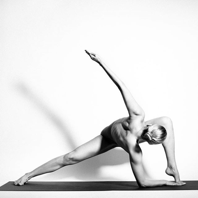 Женщины голая йога это