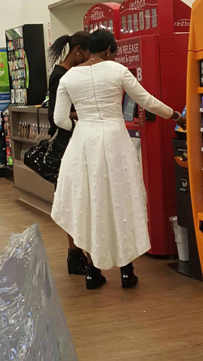 6. Мы не знаем, что привело ее сюда в свадебном платье, и не уверены, что хотим знать. идиоты, прикол, странности, фото, фрики, юмор