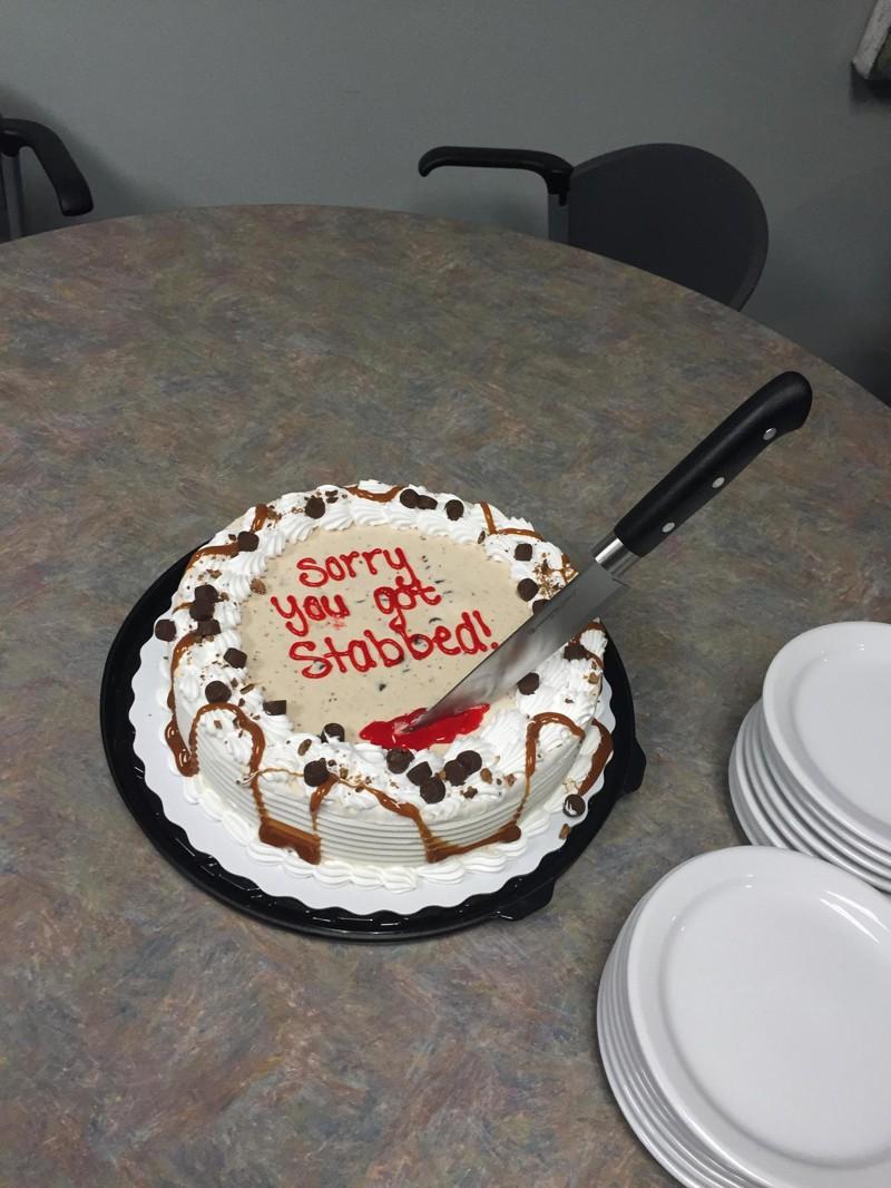 """1. Торт """"Прости, тебя закололи"""" - этого, пожалуй, более чем достаточно, чтобы понять, что ситуация серьезная идиоты, прикол, странности, фото, фрики, юмор"""