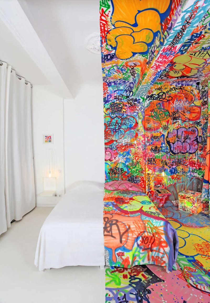 3. Французский мастер граффити под ником Tilt расписал половину комнаты в марсельском отеле и оставил вторую половину полностью белой  мир, природа, странности, фотографии, человек