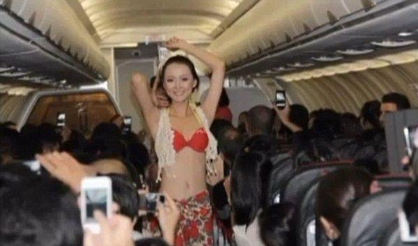 prostie-styuardessi-obnazhennie-foto-porno-video-trahnul-devushku-v-dzhinsah