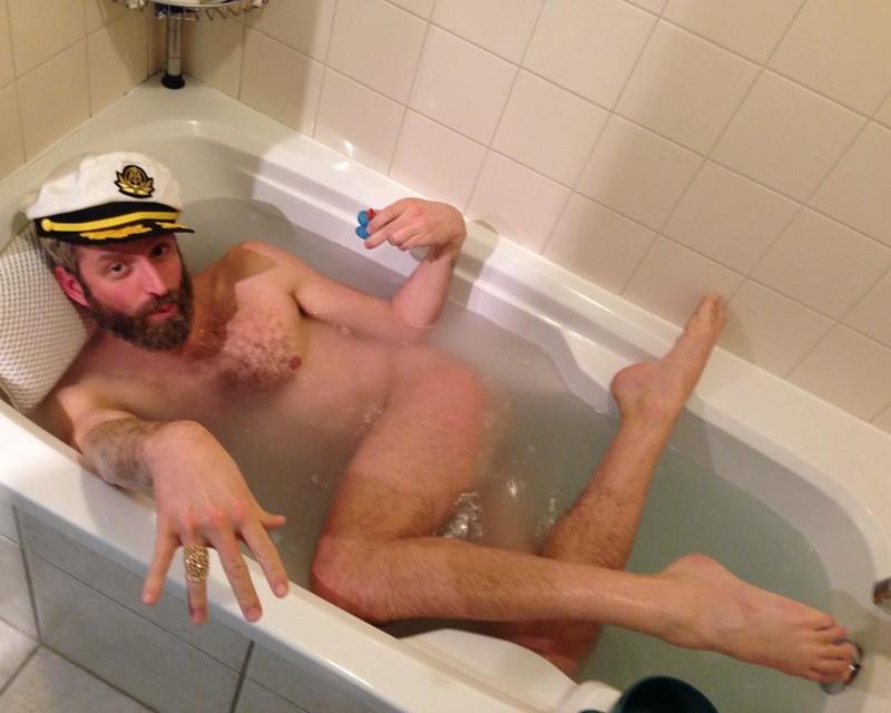парень моется с другом в ванной программистов стринги