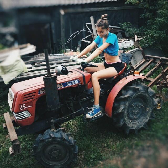 И с трактором управляется девушки, деревня, жизненно, правда, село