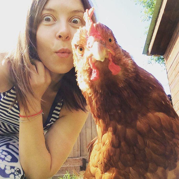 Только деревенская девчонка сможет догнать курицу с сделать такое селфи девушки, деревня, жизненно, правда, село