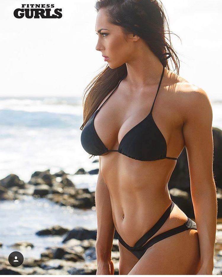 Девушки с красивым телом в купальниках