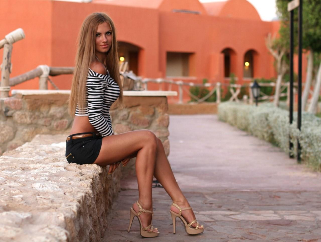 ее, длинные ноги у девушки блондинка тащила