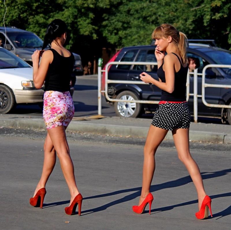 девушку лапют на улице