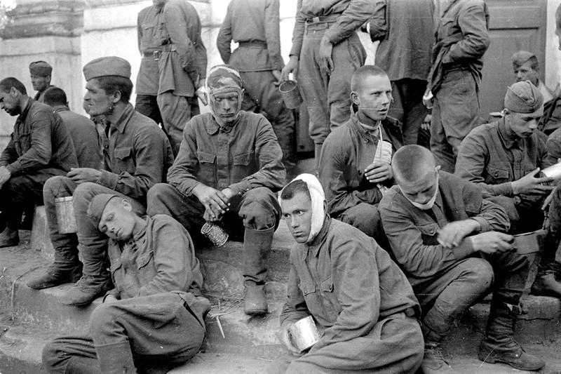 Попал в плен под полтавойв 1941г потом в германию
