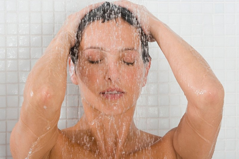 Тетя моется в душе