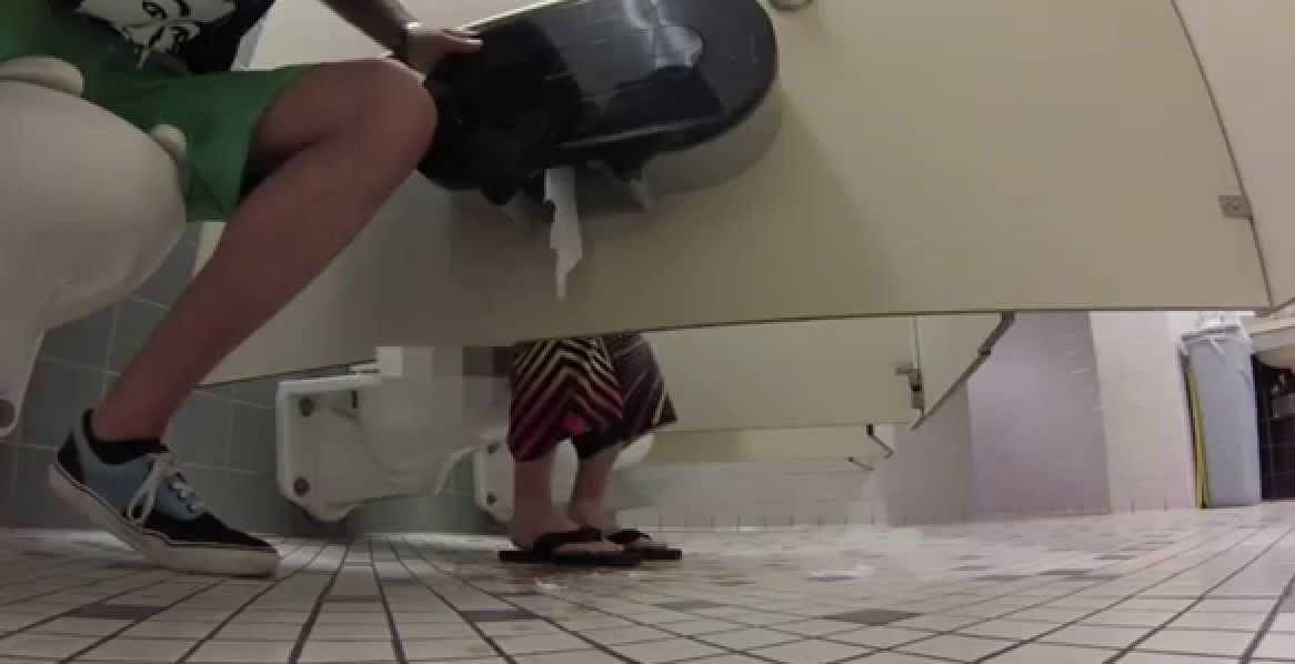 Подгляд через дырки в крыше женского туалета, голая женщина посмотреть фото