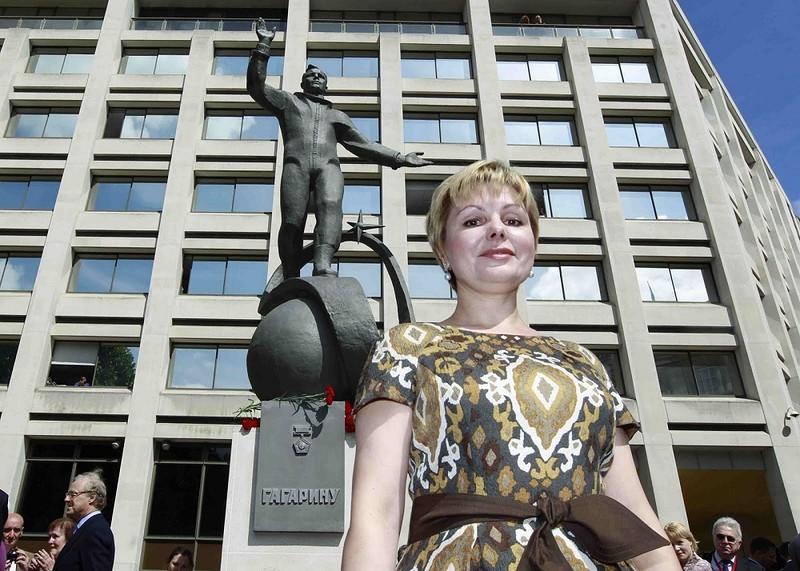 Старшая дочь Юрия Гагарина Елена рядом с памятником отцу гагарин, история, фото