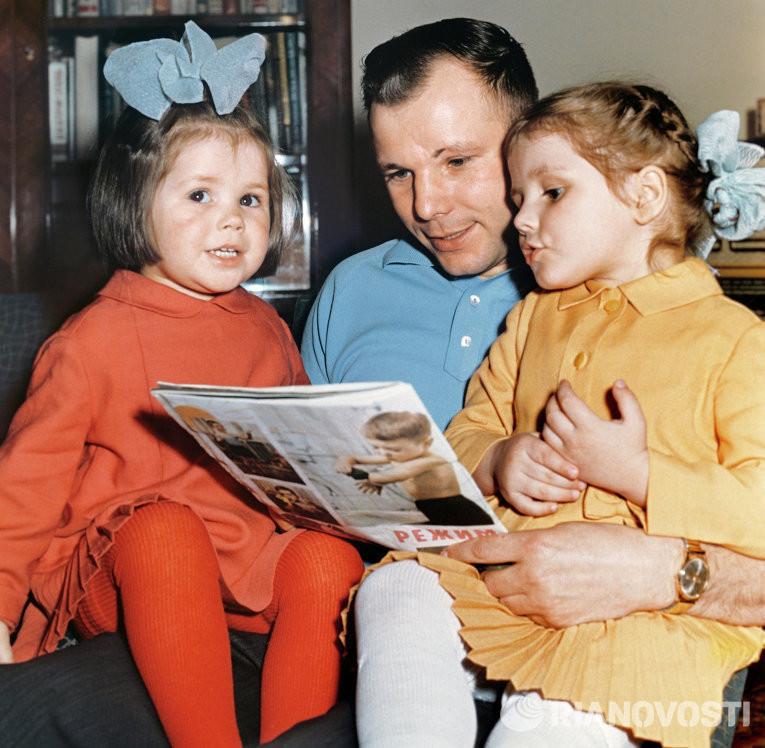 Гагарин с дочками. гагарин, история, фото