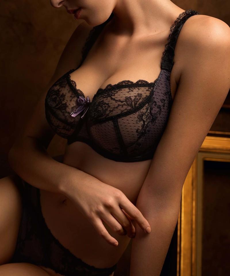 Женские груди в белье фото