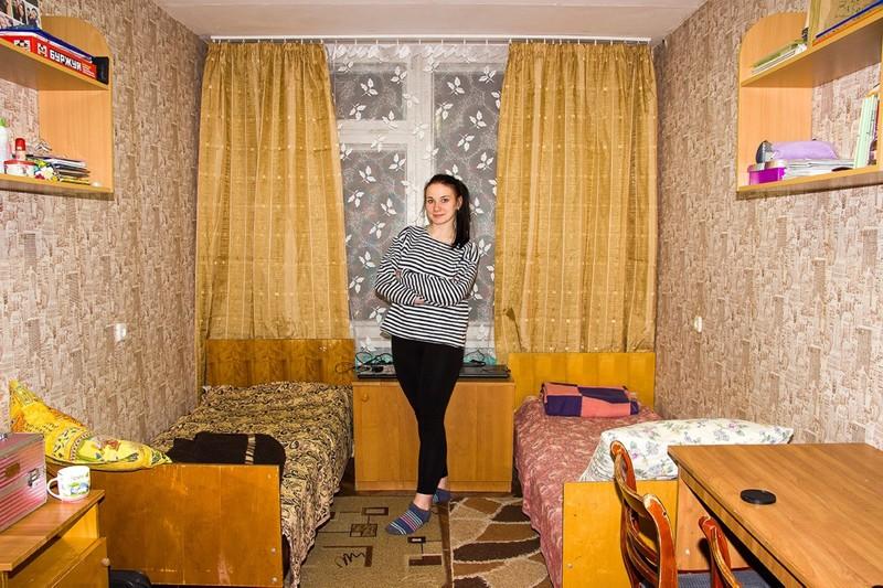Эро фото общежитий, парень показывает очко