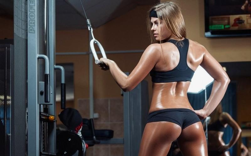 В спортзале занимаются сексом