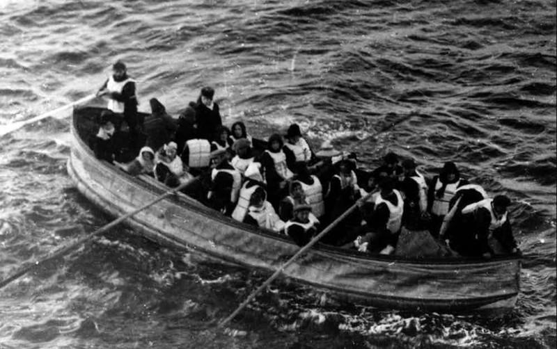 Тонущих пассажиров, которые цеплялись за шлюпки, били вёслами крушение, титаник, трусость, эгоизм