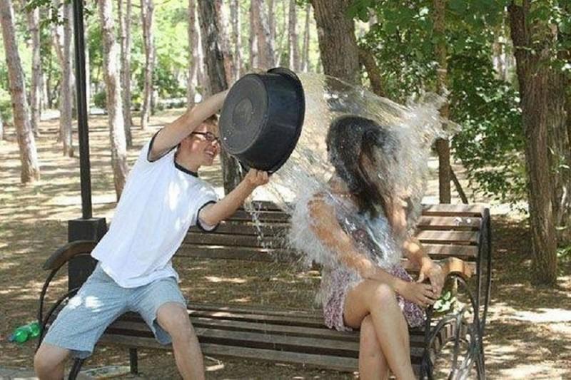 В эту пору можно легко подцепить девушку, просто помыв её горячая вода, отключили воду, прикол
