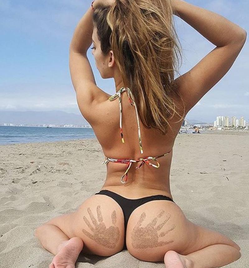 Попа в песке