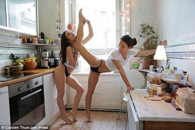 У девушек прекрасная растяжка близнецы, гибкость, девушка, кухня, растяжка, сестра, танец, фото