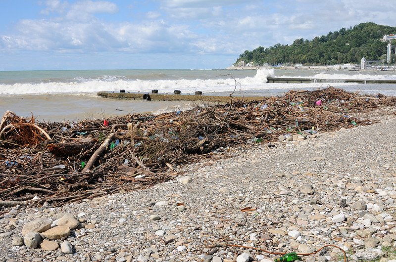 Горы мусора на черноморском пляже после шторма. Автор фото: Юрий Морозов купаться запрещено, пляжи россии, природа, россия, фото