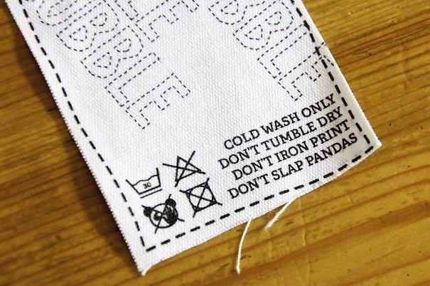 """""""Стирать в холодной воде. Не сушить в стиральной машине. Не гладить принт. Не бить панд"""" инструкция по применению, креатив, правила, руководство, смешно, фото, юмор, ярлык"""