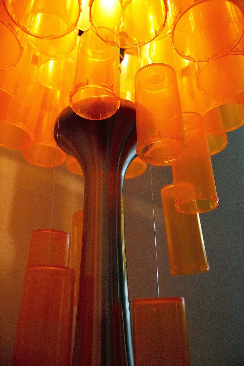 Они окружают со всех сторон основание старого торшера... дизайн, лампа, мастерство, переработка, свет, творческий подход, фото, экология