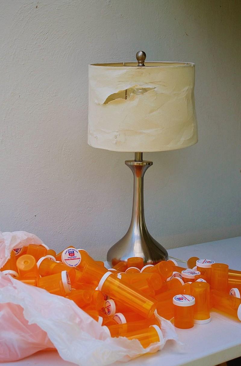 До: старая лампа и куча пустых бутыльков из-под таблетки (все принесенные, ни одного моего!) дизайн, лампа, мастерство, переработка, свет, творческий подход, фото, экология