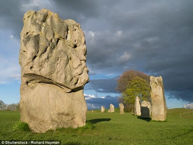 Таинственный палисад простирается на 4 км, для его создания было вырублено предположительно 4000 деревьев англия, загадка, камни, памятник, стоунхендж, тайна, фото, эйвбери