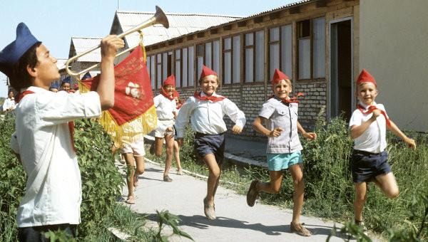 А хотели бы вы вернуться взрослыми в наши, отечественные пионерлагеря? СССР, америка, лагерь, пионерлагерь, россия