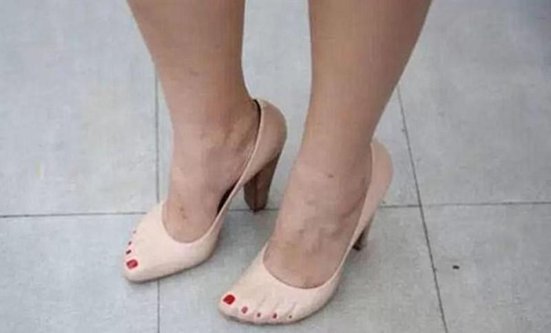 Туфли, позволяющие сэкономить на педикюре бессмысленные идеи, бессмыслица, глупо, дурацкие изобретения, идиотизм, изобретатели, изобретения, смешно