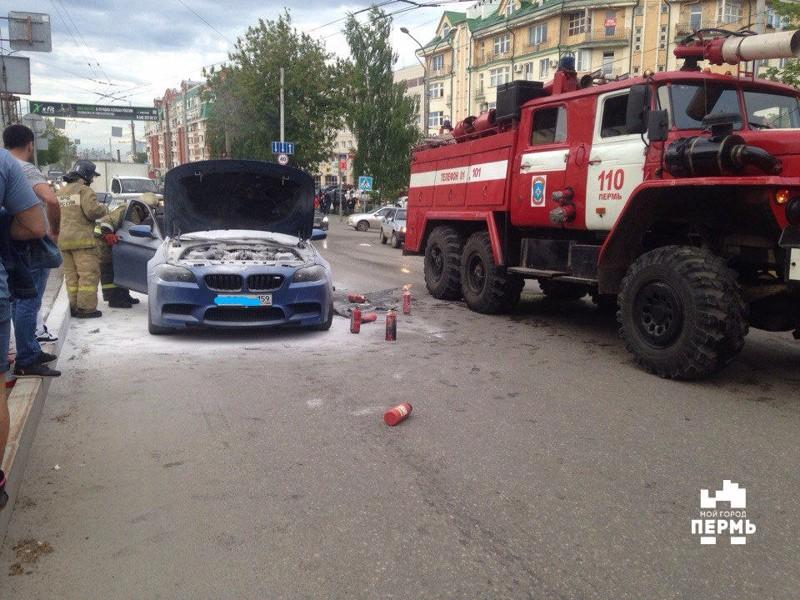 В центре Перми на ходу вспыхнул спортивный BMW bmw, авто, видео, возгорание, гонки, огонь, повезло, пожар
