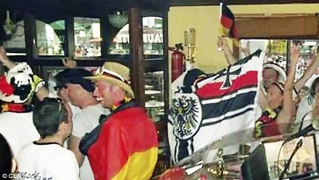 В этом курортном местечке есть два немецких паба - Ballerman и Bierkoenig - там и собираются неонацисты германия, испания, майорка, нацизм, нацистская символика, неонацизм, неонацисты, свастика
