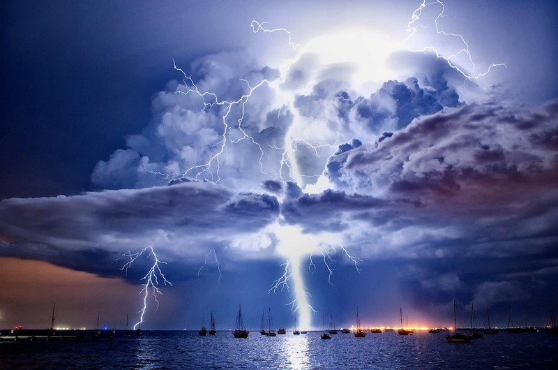 Разряд молнии, создающий сильное магнитное поле, перемагничивает стрелку компаса. интересное, катастрофа, молнии, факты