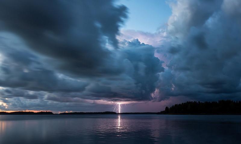 Воздух в непосредственной близости от разряда молнии может моментально нагреться до полутора тысяч градусов. интересное, катастрофа, молнии, факты